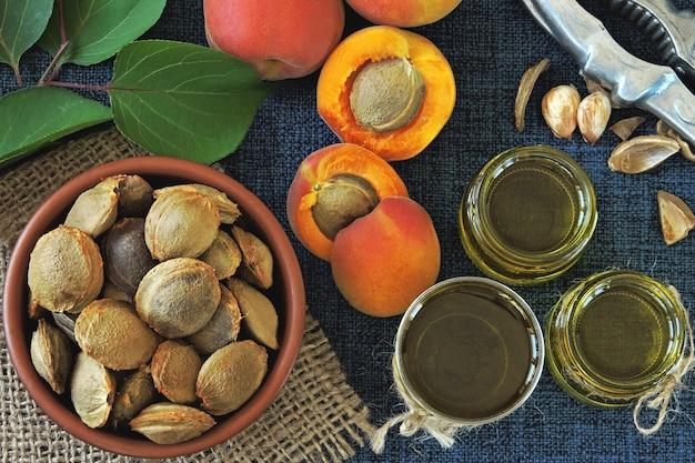 Huile de noyau d'abricot. concept d'extraction de l'huile d'abricot. régime équilibré.
