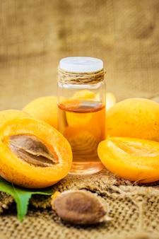 L'huile de noyau d'abricot. mise au point sélective. la nature.