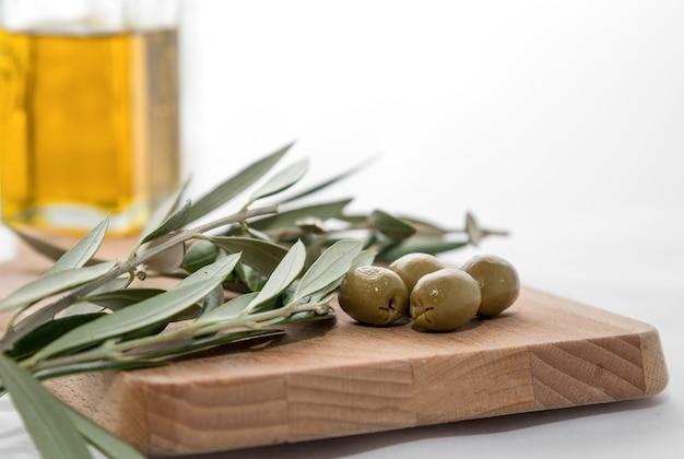 Huile d'olive aux olives isolé sur fond blanc