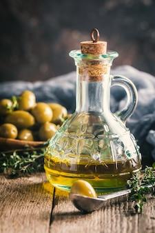 Huile d'olive et bol d'olives