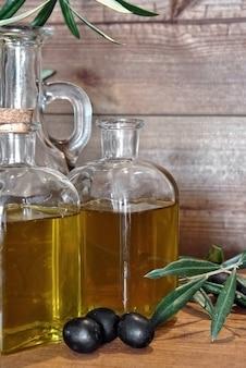 Huile d'olive en bouteille dans de petits pots en verre