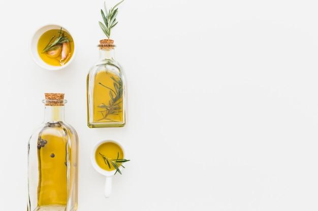 Huile d'olive en bouteilles et saucières