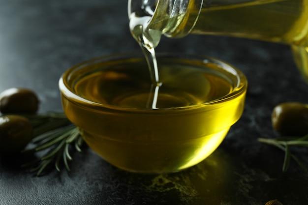 L'huile d'olive coulée de bouteille en bol