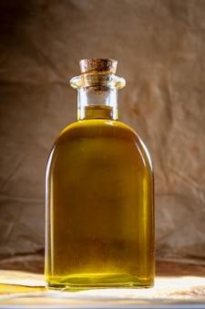 L'huile d'olive dans une bouteille en verre