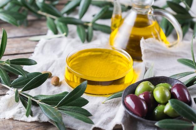 Huile d'olive extra vierge biologique sur une table
