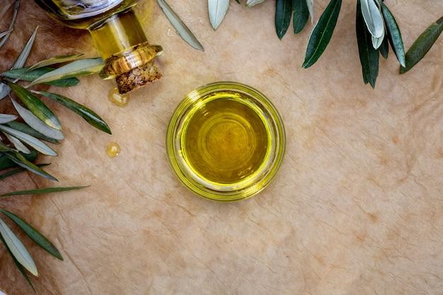 Huile d'olive extra vierge dans un bol en verre.