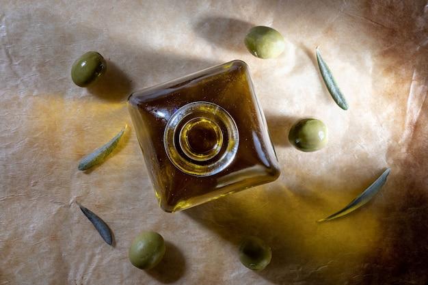 Huile d'olive extra vierge dans une bouteille en verre.