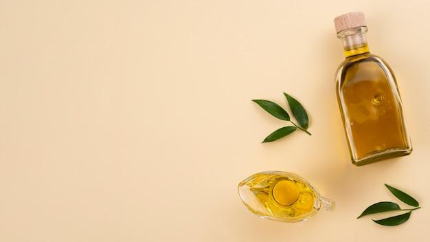 Huile d'olive avec feuilles et espace de copie