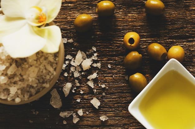 L'huile d'olive avec des fleurs