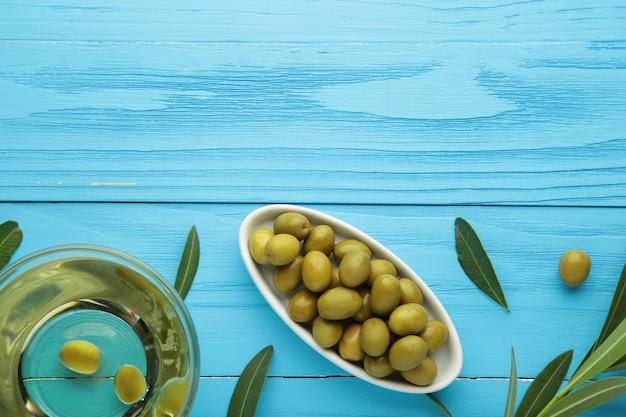 Huile d'olive à l'olive sur fond bleu avec espace de copie.