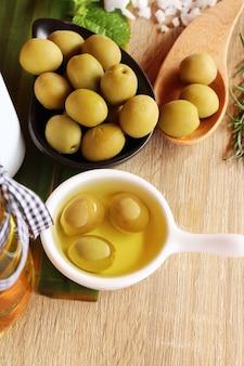 Huile d'olive pour la santé sur fond de bois