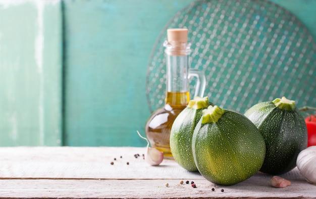 L'huile d'olive avec trois courgettes