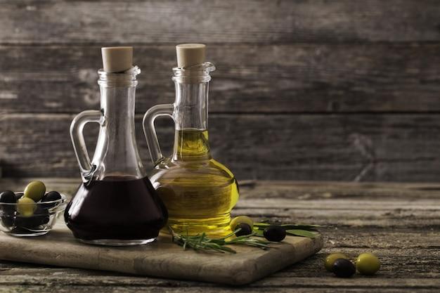Huile d'olive et vinaigre balsamique sur un espace en bois