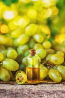 Huile de pépins de raisin dans une bouteille. mise au point sélective.