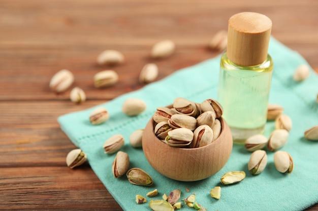 L'huile de pistache sur la table se bouchent