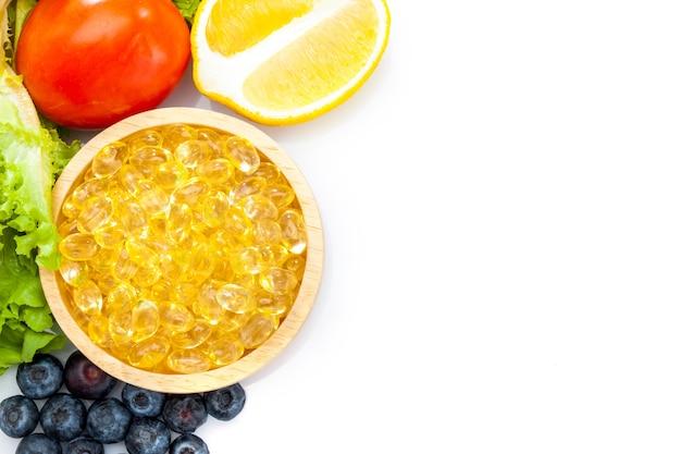 Huile de poisson, capsule molle, oméga 3, compléments alimentaires en capsules de vitamine d avec des légumes