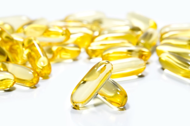 L'huile de poisson est une tablette sur fond blanc isolé. pour le concept de compléments alimentaires.