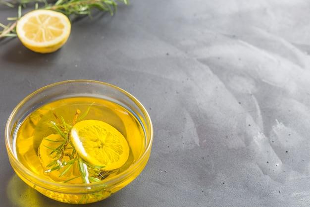 Huile de qualité au romarin et au citron