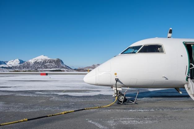 Huile de ravitaillement d'avion domestique avec une conduite de carburant en station