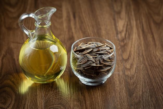 L'huile de tournesol sur la table