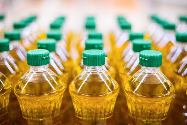 L'huile végétale dans le fond de nourriture de magasin d'entrepôt d'usine de modèle de bouteille