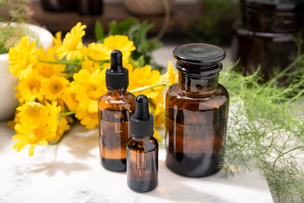 Huile végétale, huile essentielle, parfum sur des bouteilles en verre d'apothicaire. produits de beauté naturels