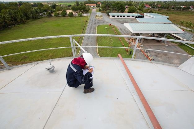Huile visuelle de réservoir de stockage de toit d'inspection de travailleur
