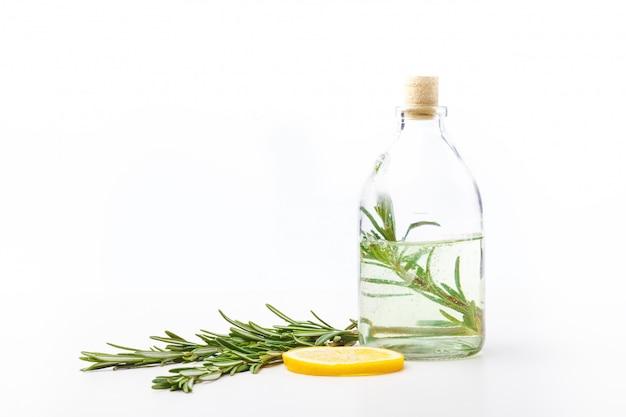 Huiles aromatiques en bouteilles de verre sur une table blanche. soin du corps. mode de vie sain. isolé.
