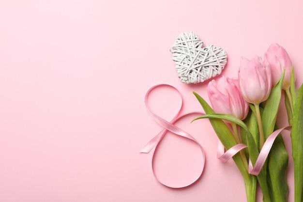 Huit, coeur et tulipes sur fond rose, espace pour le texte