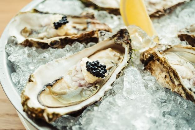 Huître crue et fraîche avec caviar et citron