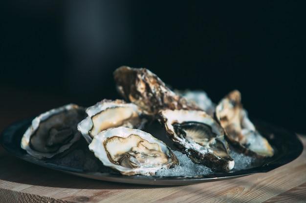 Huîtres sur l'assiette.