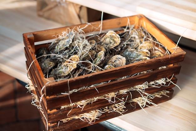 Huîtres dans une boîte en bois.