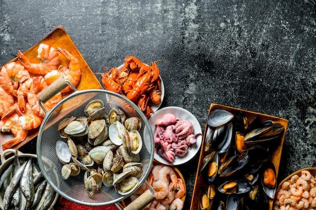 Huîtres dans une passoire avec crevettes, bébé poulpe et écrevisses.