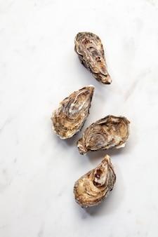 Huîtres fermées naturelles crues de fruits de mer frais