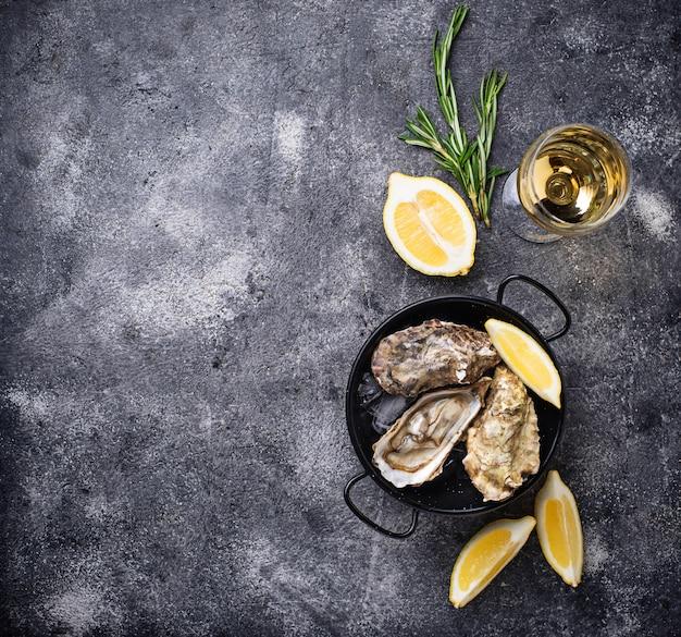 Huîtres fraîches au citron et au vin blanc