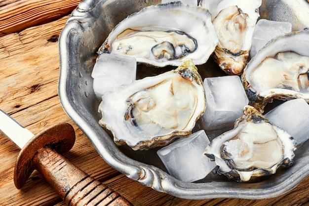 Huîtres fraîches ouvertes, fruits de mer