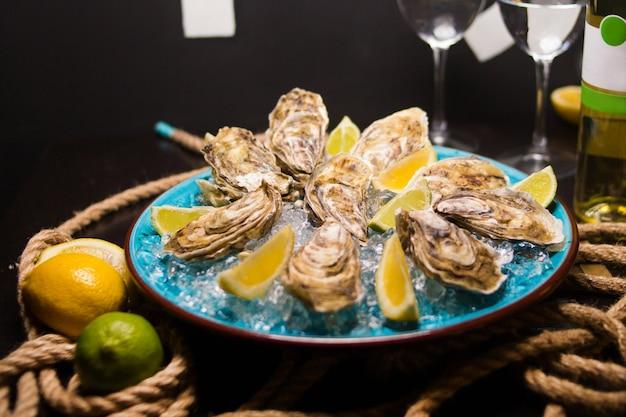 Huîtres avec glace et citron