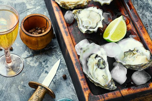 Huîtres ouvertes sur une planche à découper