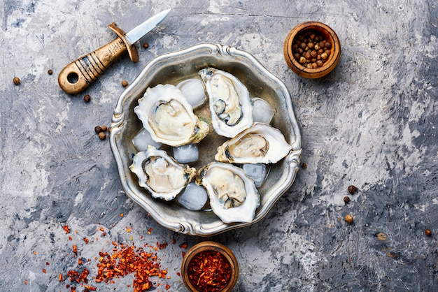 Huîtres ouvertes sur plaque métallique