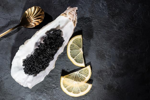 Huîtres ouvertes avec table en béton noir caviar d'esturgeon noir. vue de dessus, mise à plat, espace de copie.