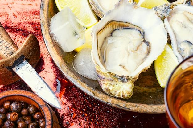 Huîtres ouvertes sur table en métal