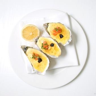 Huîtres avec sauce et citron