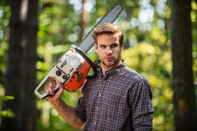 Humain et nature. homme randonnée en bois. braconnier en forêt. la déforestation. ranger ou braconner. homme forestier utilise une scie. chercher du bois de chauffage pour un feu de camp de pique-nique. survivre dans la nature sauvage.