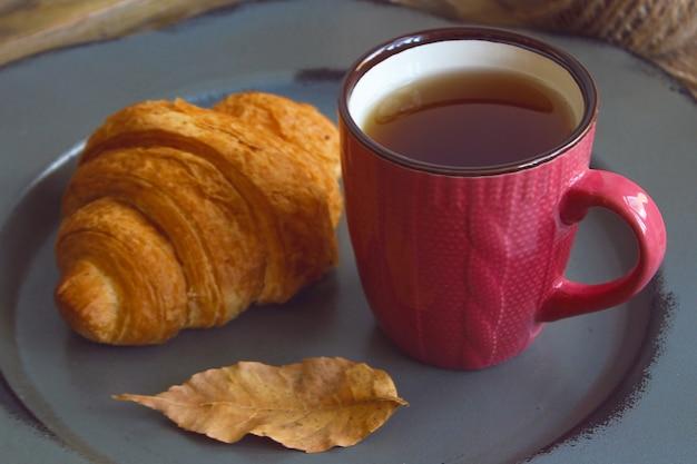 Humeur d'automne composition du petit déjeuner français tasse de thé et des croissants
