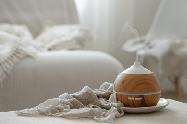 Humidificateur diffuseur d'arômes d'huiles essentielles diffusant des articles d'eau dans l'air.