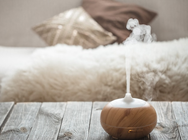 Humidificateur sur la table dans le salon.