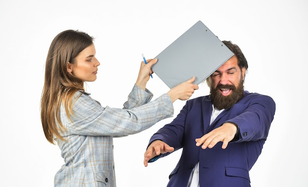 Humiliation. agence d'avocat divorce. manager hit boss avec dossier. harcèlement au travail. les gens d'affaires à la réunion. drôle de vie de bureau. punir le travail mal exécuté. conflit d'interêts.