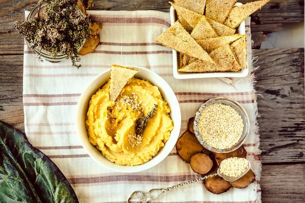 Hummus apéritif traditionnel du moyen-orient servi avec des herbes, assaisonné avec une assiette en céramique vintage. vue de dessus.