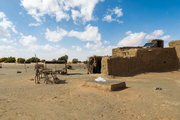 Hutte berbère dans le désert du sahara.