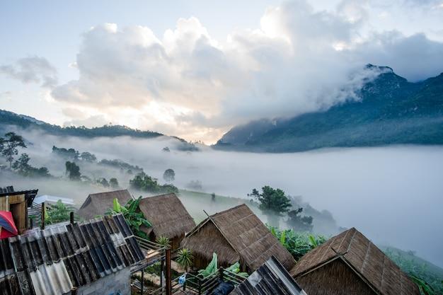 Hutte et montagne de doi luang dans le district de chiang dao de la province de chiang mai, en thaïlande.